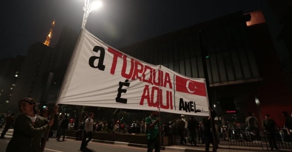 20.jun.2013 - Manifestantes mostram faixas durante passeata na avenida Paulista, região central de São Paulo, em protesto nesta quinta-feira (20), mantido mesmo após a redução das passagens de ônibus, metrô e trem na capital paulista, anunciada ontem