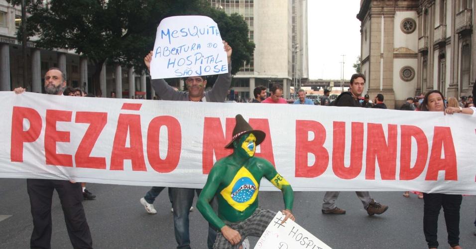 20.jun.2013 - Manifestantes que se concentraram em frente à igreja da Candelária, no centro do Rio de Janeiro, marcham até a Prefeitura do Rio de Janeiro, em protesto nesta quinta-feira (20)