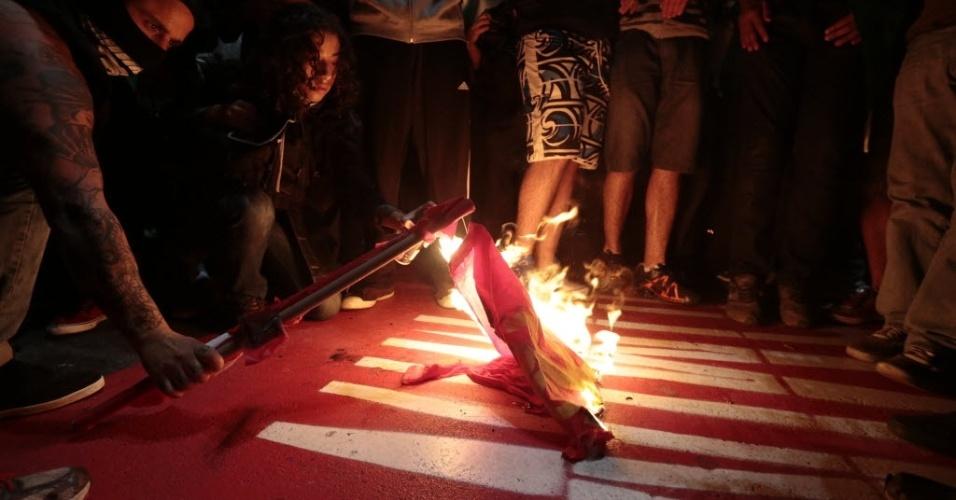 20.jun.2013 - Manifestantes queimam bandeira do PT durante protesto na avenida Paulista, nesta quinta-feira (20). Alguns manifestantes apartidários entraram em confronto com militantes do partido