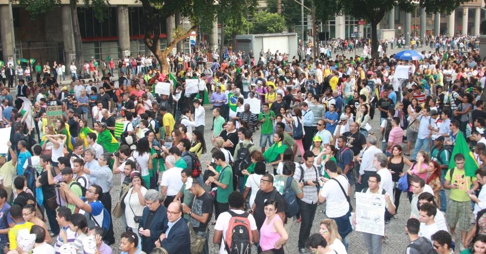 20.jun.2013 - Manifestantes se concentram em frente à igreja da Candelária, no centro do Rio de Janeiro, em protesto nesta quinta-feira (20)
