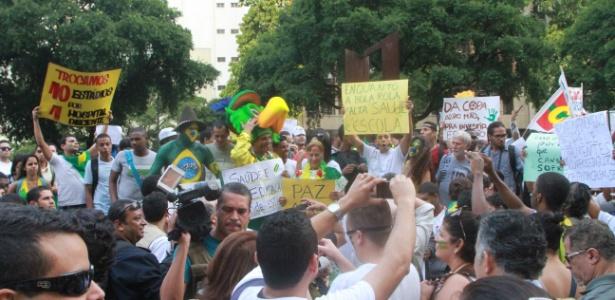 Manifestantes se concentram em frente à igreja da Candelária, no centro do Rio de Janeiro - Jadson Marques/Estadão Conteúdo