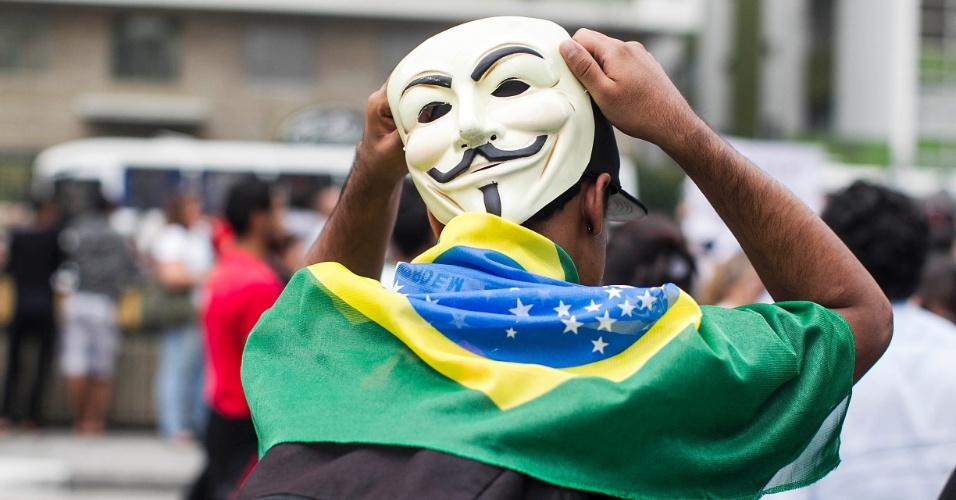 20.jun.2013 - Manifestantes se concentram nos dois sentidos da avenida Paulista, na região central de São Paulo, em protesto nesta quinta-feira (20), mantido mesmo após a redução das passagens de ônibus, metrô e trem na capital paulista, anunciada ontem