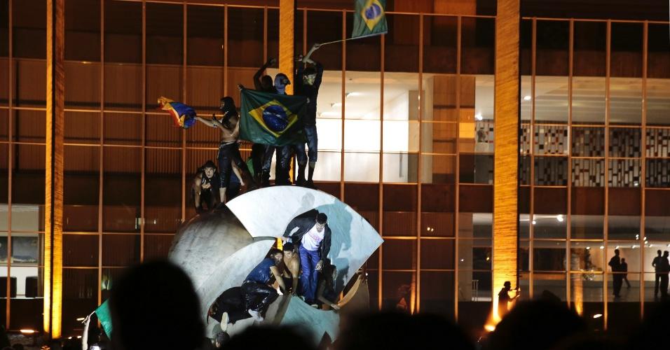 20.jun.2013 - Manifestantes tentam invadir a sede do Ministério das Relações Exteriores, em Brasília, durante mais uma noite de protesto na capital federal