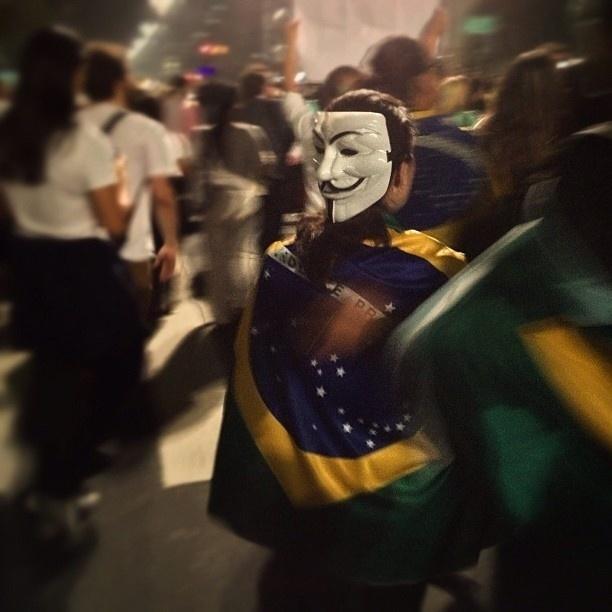 """20.jun.2013 - Mathias Pape (@mathissepape) diz ser """"incrível como essa máscara [do V de Vingança] virou um símbolo para os movimentos atuais"""""""