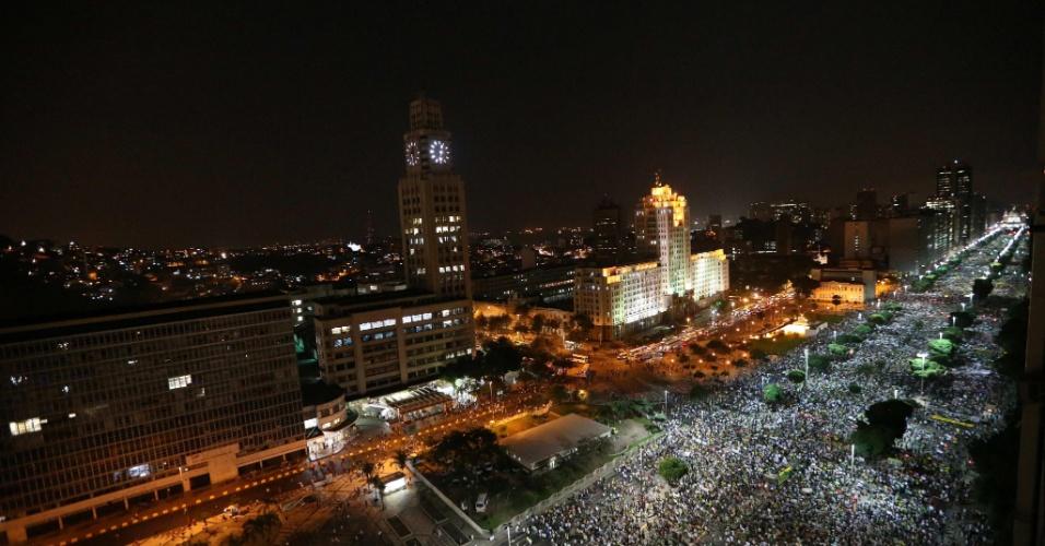 20.jun.2013 - Milhares de manifestantes caminham pela avenida Presidente Vargas a partir da igreja da Candelária, no centro do Rio de Janeiro, até a Prefeitura do Rio de Janeiro, em protesto nesta quinta-feira (20)