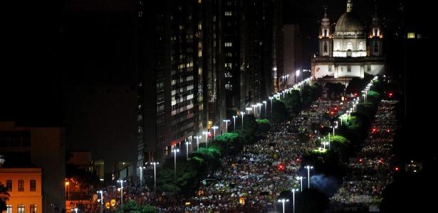 Milhares de manifestantes caminham pela avenida Presidente Vargas, no centro do Rio de Janeiro - Pablo Jacob/Agência O Globo
