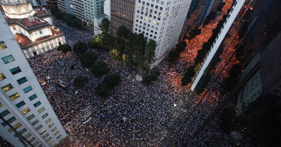 20.jun.2013 - Milhares de manifestantes caminham pela avenida Presidente Vargas e pela avenida Rio Branco, no centro do Rio de Janeiro, em protesto nesta quinta-feira (20). Os manifestantes se dirigem até a Prefeitura do Rio de Janeiro