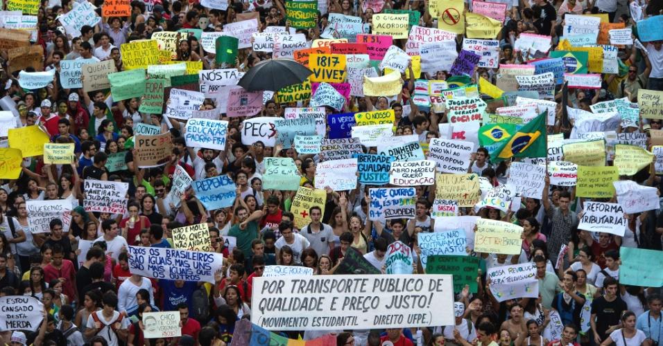 20.jun.2013 - Milhares de pessoas seguem em protesto no centro do Recife (PE), nesta quinta-feira. Segundo a Secretaria de Defesa Social, a manifestação reúne 100 mil pessoas. Dez foram detidas pela PM