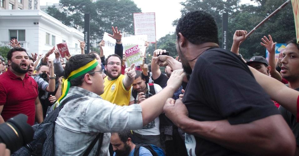 20.jun.2013 - Militantes de partidos políticos e manifestantes brigam durante concentração nos dois sentidos da avenida Paulista, na região central de São Paulo, em protesto nesta quinta-feira (20), mantido mesmo após a redução das passagens de ônibus, metrô e trem na capital paulista, anunciada ontem