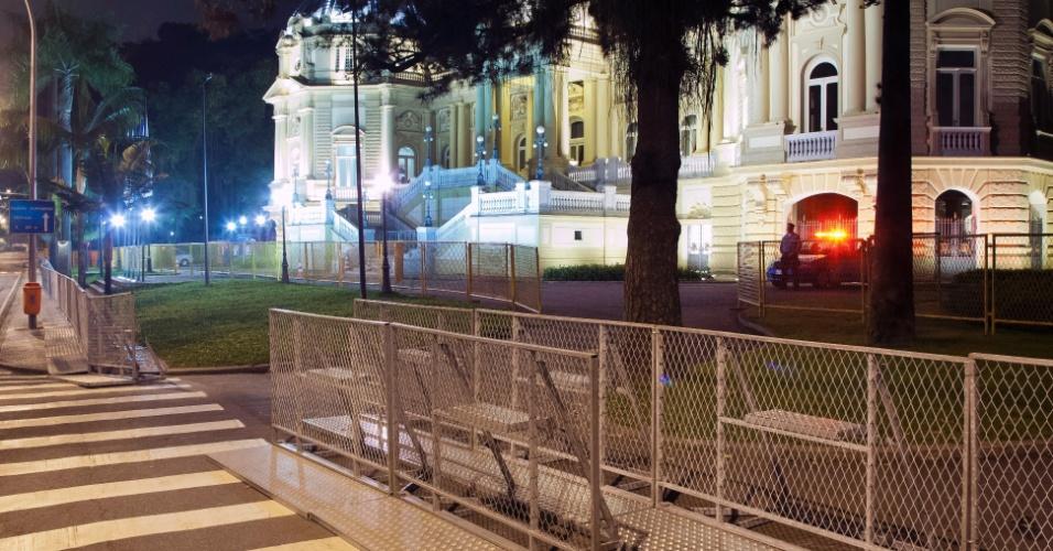 20.jun.2013 - No Rio de Janeiro, o Palácio Guanabara e a passarela de acesso ao metrô Cidade Nova, em frente ao prédio da prefeitura, foram protegidos com tapumes e grades para prevenir possíveis depredações durante manifestação marcada para hoje, que sairá da Candelária rumo a sede da prefeitura