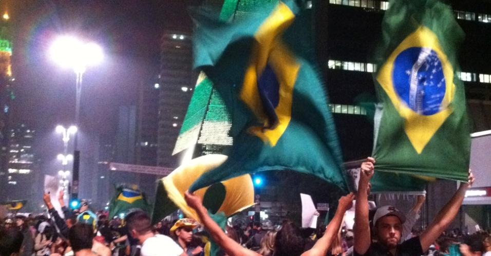 20.jun.2013 - O internauta Eduardo Sanchez Palma fotografou o momento em que dois manifestantes usaram a corrente de ar liberada pelos exaustores dos túneis do metrô para impulsionar a agitação das bandeiras do Brasil, na avenida Paulista, na terça-feira (18)
