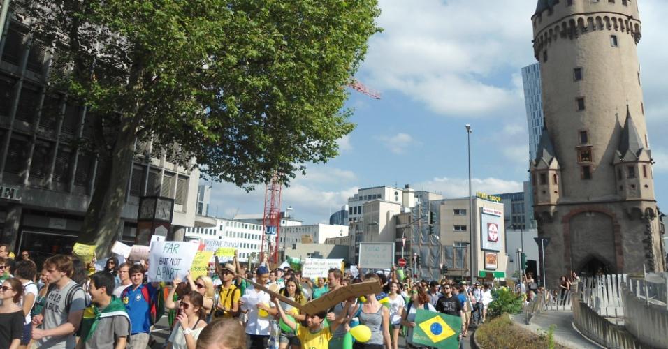 20.jun.2013 - Pessoas se reuniram na cidade de Frankfurt, na Alemanha, nesta quinta-feira, para se manifestar em solidariedade aos protestos que ocorrem em várias cidades do Brasil. O internauta Mateus Bertolini Fernandes dos Santos relata que a passeata seguiu até a embaixada brasileira na cidade