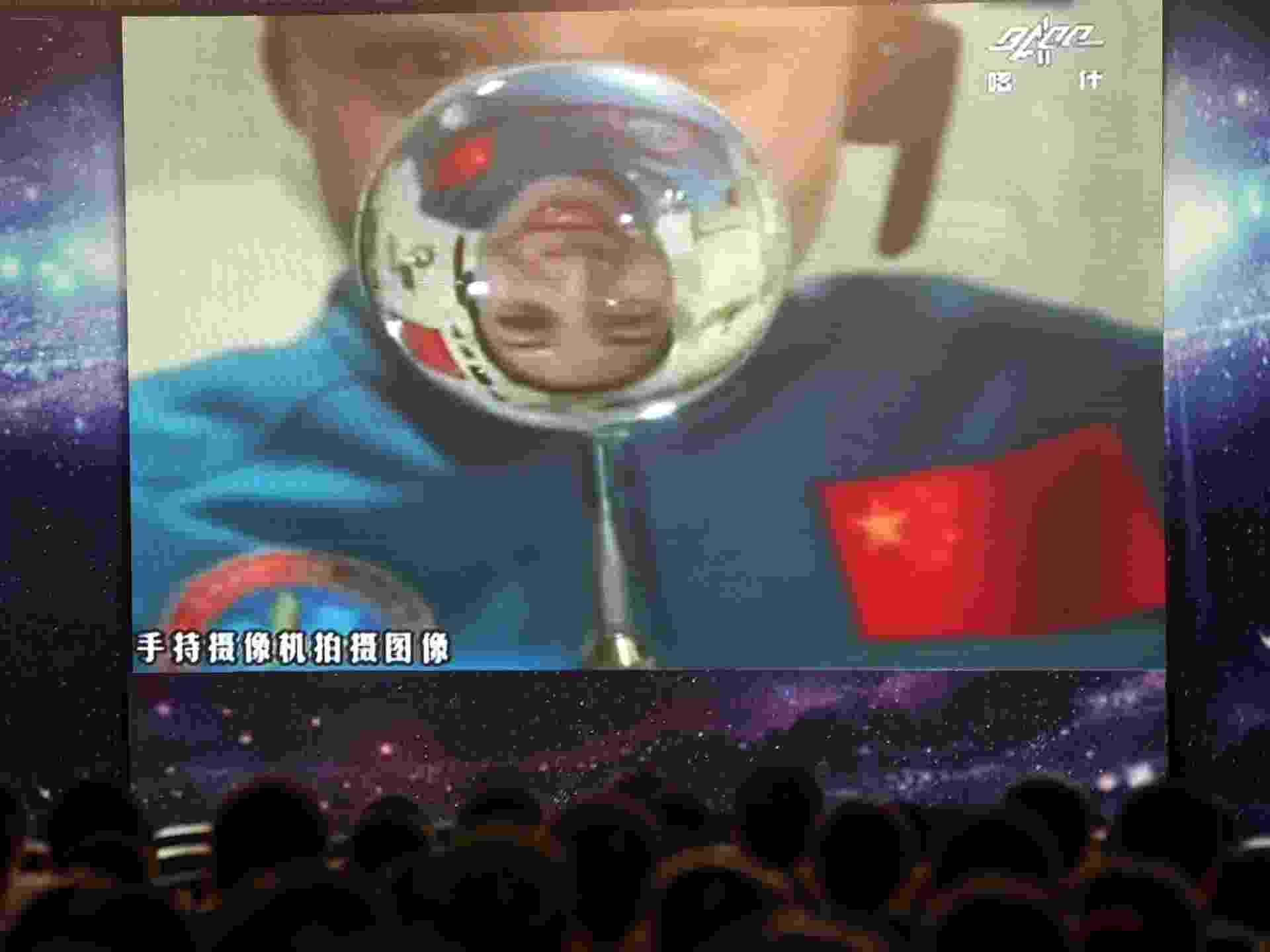 20.jun.2013 - Plateia em escola chinesa assiste ao vivo à aula da astronauta Wang Yaping, 33, ministrada da espação espacial Tiangong, situada 300 km acima da superfície da Terra. A aula foi retransmitida para 60 milhões de crianças do país, e a iniciativa busca popularizar os voos espaciais entre os jovens - AFP