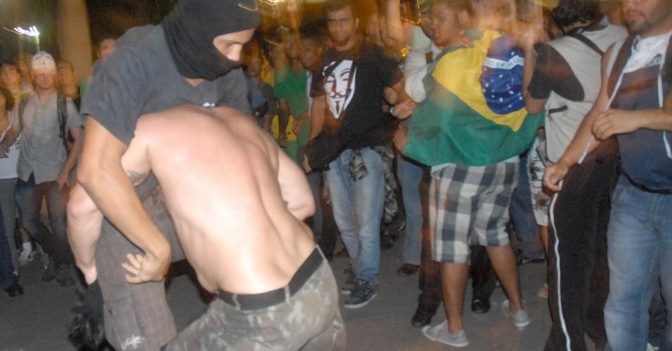 20.jun.2013 - Polícia e manifestantes entram em confronto no centro do Rio de Janeiro durante protesto na noite desta quinta-feira