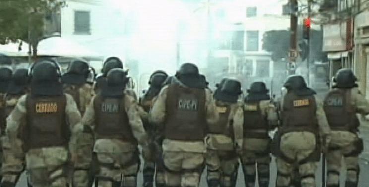 20.jun.2013 - Polícia lança bombas de gás lacrimogênio contra os manifestantes durante protesto em Salvador, na tarde desta quinta-feira