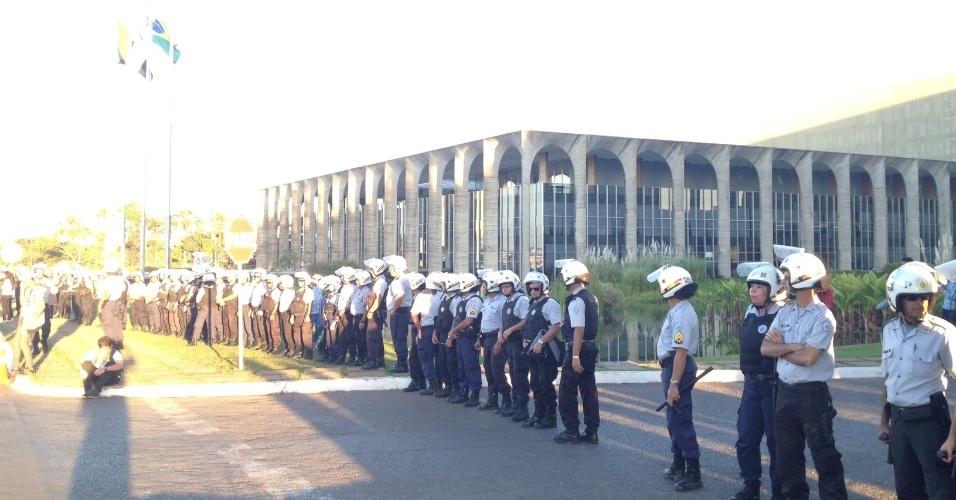 20.jun.2013 - Polícia Militar faz cordão de isolamento no Itamaraty, em Brasília, antes da chegada de manifestantes. Mais de 90 cidades organizaram protesto contra a baixa qualidade do transporte público