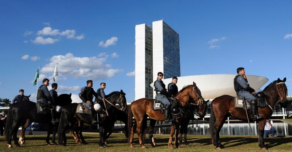 20.jun.2013 - Polícia montada se posiciona em frente ao Congresso Nacional, em Brasília, na tarde desta quinta-feira (20) antes da chegada de manifestantes. Moradores de mais de 90 cidades vão às ruas hoje em protesto contra a baixa qualidade do transporte público