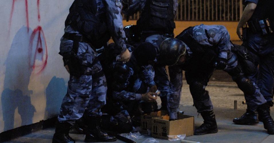 20.jun.2013 - Policiais abrem caixa de explosivos durante protesto no centro do Rio de Janeiro na noite desta quinta-feira