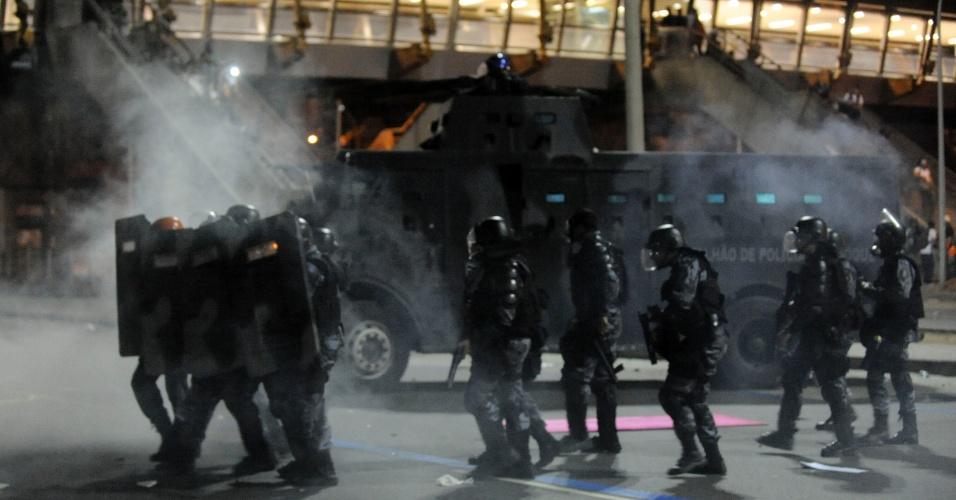 20.jun.2013 - Policiais disparam bombas de gás lacrimogêneo em direção aos manifestantes em mais uma noite de protesto no centro do Rio de Janeiro