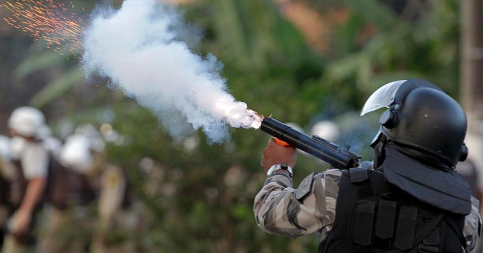 20.jun.2013 - Policial dispara bomba de gás lacrimogêneo durante protesto nas imediações da Arena Fonte Nova, em Salvador. Em apoio às manifestações que ocorrem paralelamente em diversas cidades do Brasil, os manifestantes protestam contra a precariedade dos serviços públicos e contra a corrupção no país