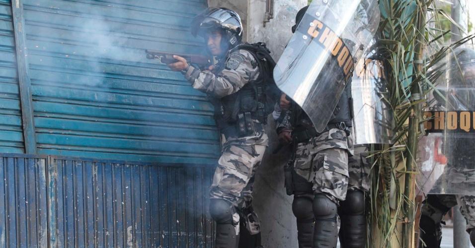 20.jun.2013 - Policial dispara bomba de gás lacrimogêneo em direção dos manifestantes durante protesto em Salvador (BA)
