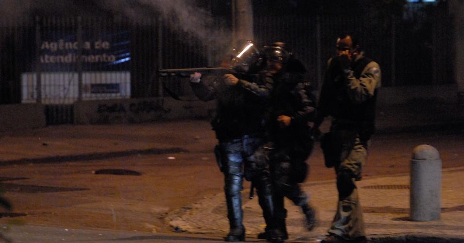 20.jun.2013 - Policial dispara bombas de gás lacrimogêneo em direção aos manifestantes em mais uma noite de protesto no centro do Rio de Janeiro