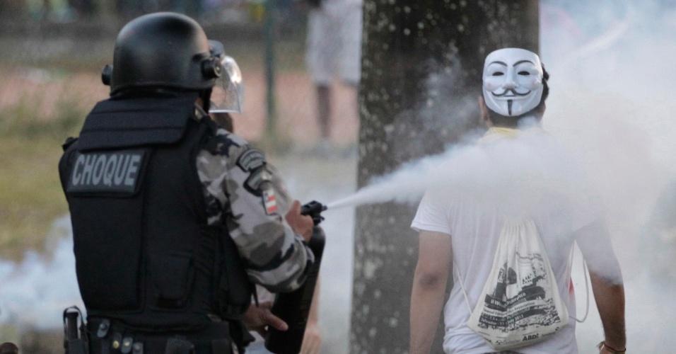 20.jun.2013 - Policial dispara spray de pimenta pelas costas de um manifestante durante os protestos contra o aumento da tarifa do transporte público em Salvador