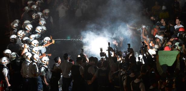 Policial joga spray de pimenta em manifestantes durante mais uma noite de protesto na Esplanada dos Ministérios, em Brasília