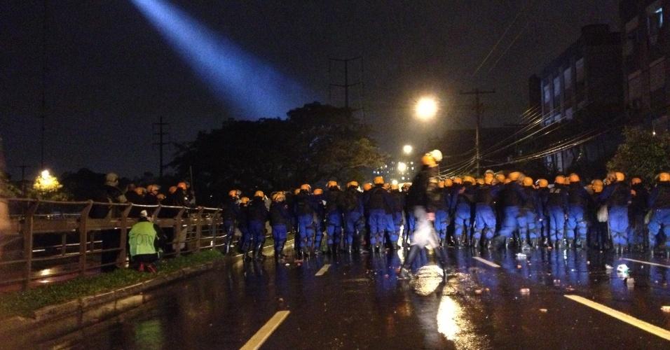 20.jun.2013 - Policiamento é reforçado no centro de Porto Alegre (RS), onde acontece novo protesto contra o transporte público, entre outras reivindicações