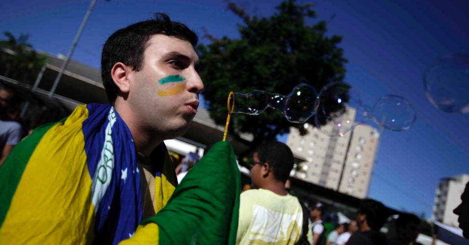 20.jun.2013 - Protesto organizado pelo Movimento Passe Livre em frente ao teatro Castro Alves no centro de Salvador (BA), nesta quinta-feira