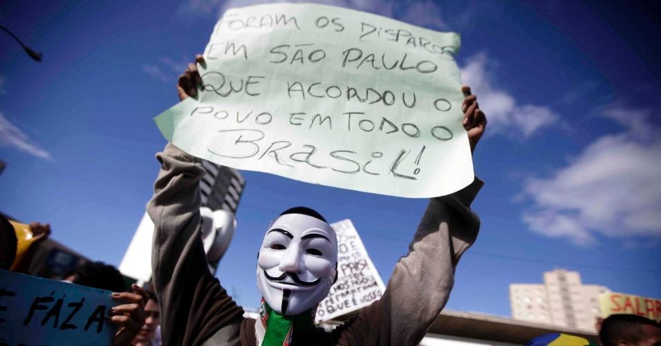20.jun.2013 - Protesto organizado pelo Movimento Passe Livre em frente ao teatro Castro Alves no centro de Salvador (BA), nesta quinta-feira (20)