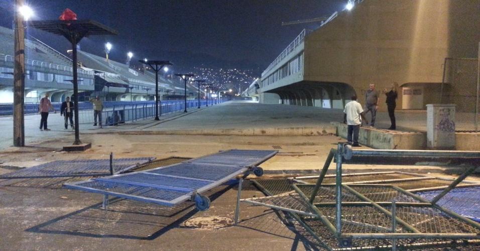 20.jun.2013 - Um grupo de manifestantes invadiu o sambódromo do Rio de Janeiro na noite desta quinta-feira (20), após protesto no centro da cidade e foi dispersado pela polícia na frente da prefeitura. Eles quebraram portões dos setores 1 e 2, depredaram as arquibancadas e picharam parte da estrutura. O grupo também destruiu o Terreirão do Samba, que fica próximo ao sambódromo