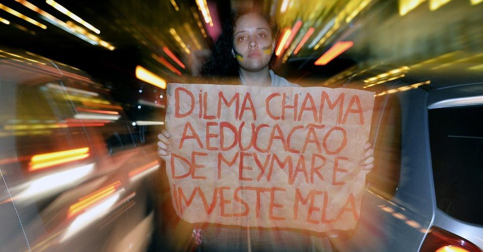 20-jun.2013 - Garota participa de manifestação em Belo Horizonte nesta quinta-feira (20). Cerca 15 mil pessoas ocupam o centro da cidade, segundo a Polícia Militar. Os manifestantes prometem para o próximo sábado, durante o jogo entre Japão e México, uma grande manifestação no entorno do estádio