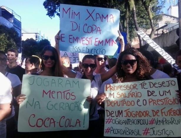 20.jun.2013 - A internauta Lais Garrido enviou foto de cartazes de manifestantes