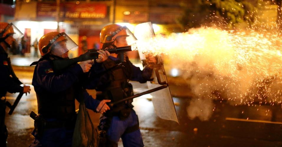 20.jun.2013 - Cerca de 30 mil manifestantes marcharam pelas ruas do centro de Porto Alegre na noite desta quinta-feira. Novamente, o protesto teve depredação e confronto entre policiais e manifestantes