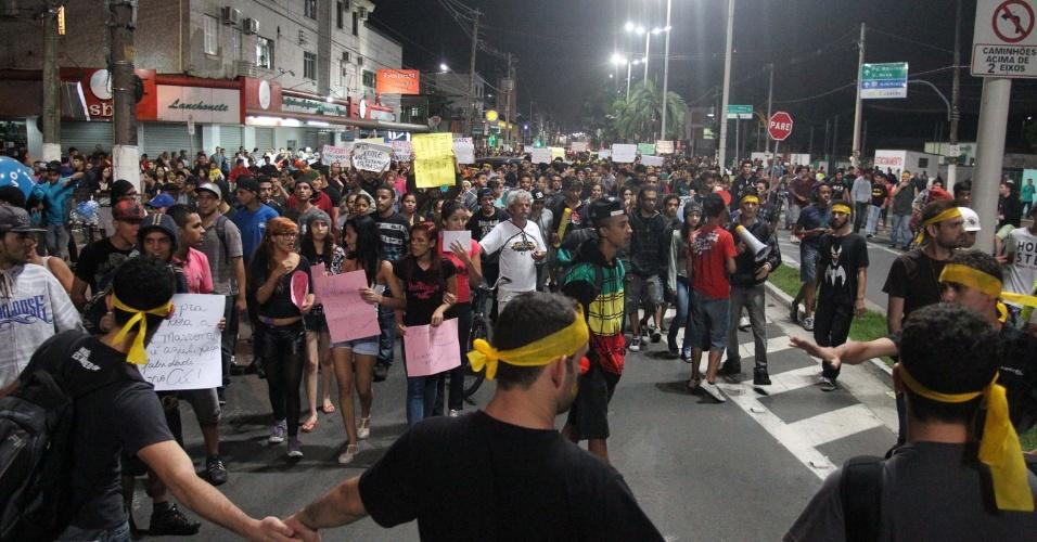 20.jun.2013 - Cubatão (SP) também teve protesto contra o aumento do valor das passagens de ônibus, trens e metrô, nesta quinta-feira (20). Além das passagens, diversas outras causas estão sendo reivindicadas. Os manifestantes colocaram fogo na rodovia Anchieta
