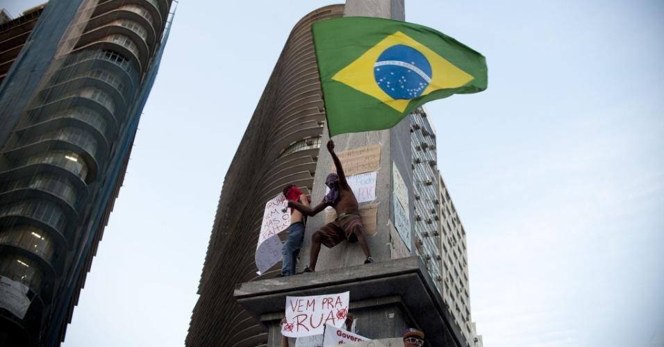 20.jun.2013 - Em Belo Horizonte, cerca de 15 mil pessoas participaram do protesto realizado ontem (20), segundo a Polícia Militar. Os manifestantes prometem para o próximo sábado, durante o jogo entre Japão e México, uma grande manifestação no entorno do estádio