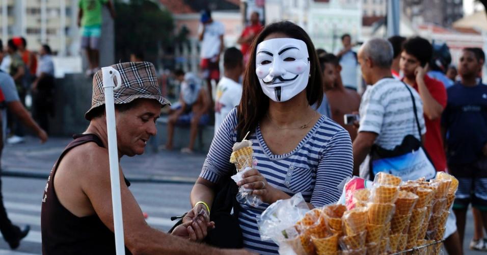20.jun.2013 - Manifestante compra sorvete no Recife durante protesto realizado nesta quinta-feira (20)