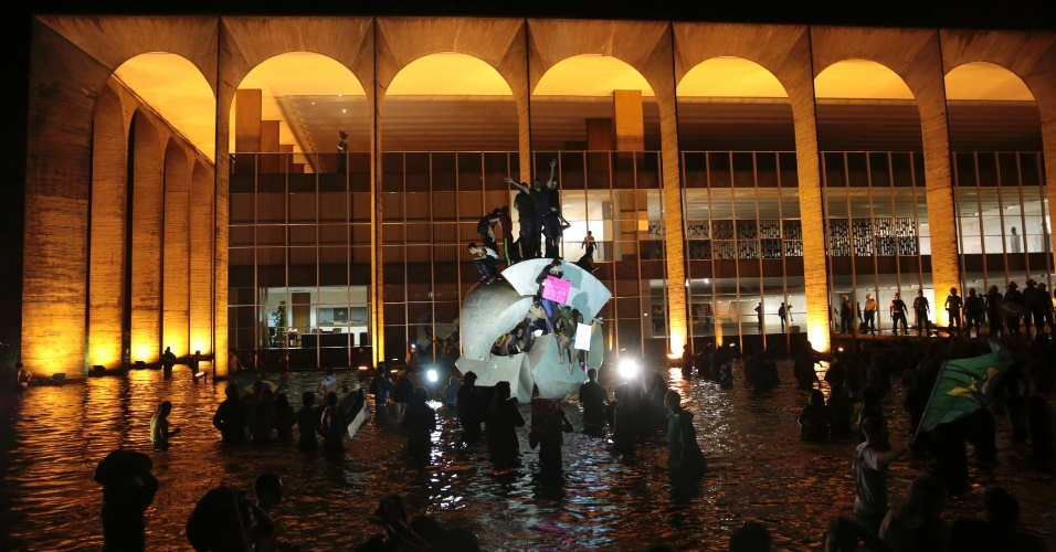 20.jun.2013 - Manifestantes invadem espelho d'água no Palácio do Itamaraty na Esplanada dos Ministérios, em Brasília, na noite desta quinta-feira (20)