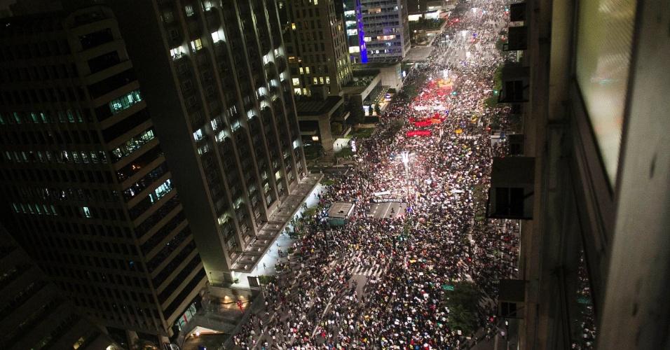 20.jun.2013 - Manifestantes se concentram nos dois sentidos da avenida Paulista, na região central de São Paulo (SP), em protesto nesta quinta-feira, mantido mesmo após a redução das passagens de ônibus, metrô e trem na capital paulista, anunciada ontem