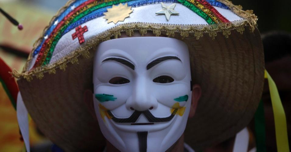 20.jun.2013 - Milhares de pessoas protestam no centro do Recife (PE), nesta quinta-feira, contra o serviço de transporte público, além de outras reivindicações. Segundo a Secretaria de Defesa Social, a manifestação reúne 100 mil pessoas. Dez foram detidas pela PM