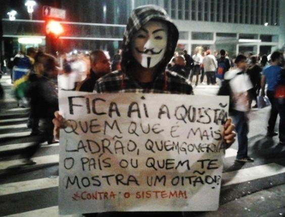 """20.jun.2013 - O internauta Vinícius Novais publicou no Instagram foto de cartaz """"#contraossitema"""". A imagem foi feita no protesto realizado ontem (20) na avenida Paulista"""
