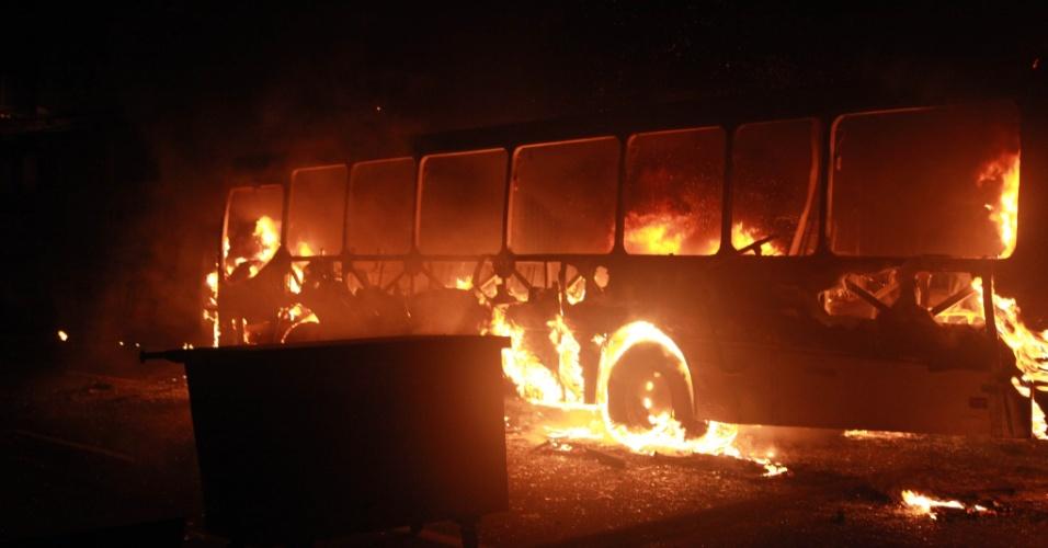 20.jun.2013 - Ônibus é incendiado durante manifestação nas imediações do estádio Arena Fonte Nova, em Salvador