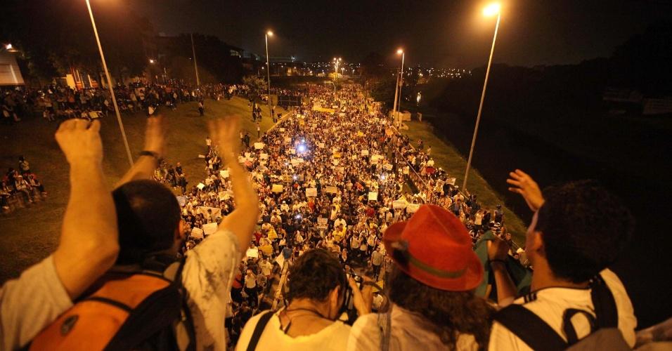 20.jun.2013 - Protesto realizado em Sorocaba (SP), nesta quinta-feira (20), contra o aumento do valor das passagens de ônibus, trens e metrô