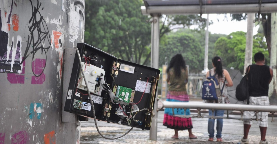 21.jun.2013 - Após os protestos realizados ontem (20), Salvador amanhece com agências bancárias, pontos de ônibus, telefones públicos e até mesmo a sede da Previdência Social com marcas de vandalismo