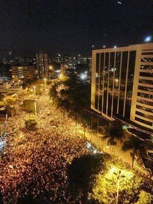 21.jun.2013 - As avenidas Tocantins e Araguaia foram tomadas pelos manifestantes que saíram às ruas em Goiânia, na quinta-feira (20). O internauta Junior Vieira registrou o ato