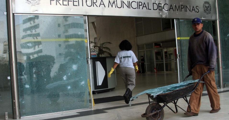 21.jun.2013 - Bancos, estabelecimentos comerciais e patrimônio público amanhecem depredados nesta sexta-feira (21) após manifestação em Campinas, no interior de São Paulo