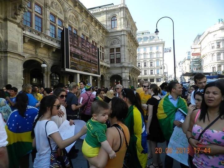 21.jun.2013 - Brasileiros se reuniram em frente a ópera de Viena, na Áustria, na quinta-feira (20), para dar apoio aos protestos que ocorrem em diversas cidades do Brasil. De acordo com a internauta Kátia Farias, que registrou a manifestação, o ato também teve participação de turcos que moram na Áustria e de austríacos