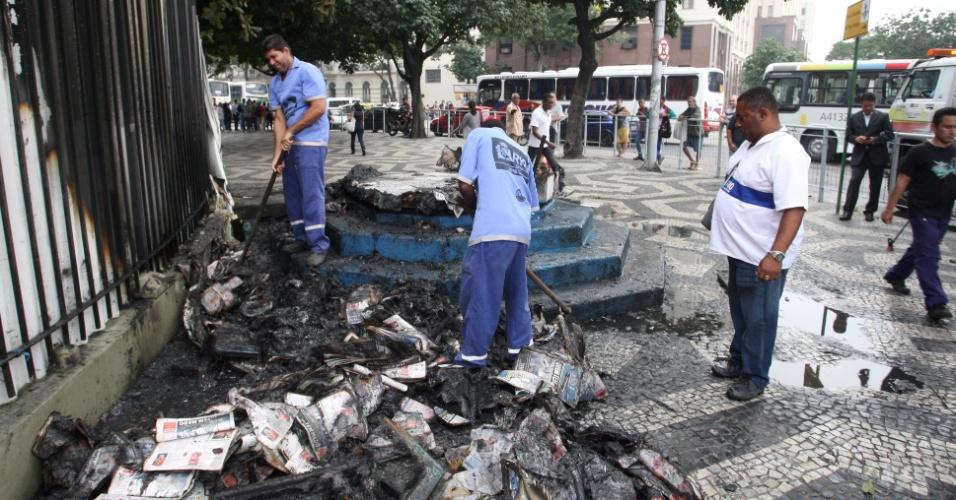 21.jun.2013 - Cabine da Polícia Militar amanhece destruída no Rio de Janeiro após manifestação que reuniu mais de 300 mil pessoas, segundo a PM. O protesto terminou com confronto e 62 pessoas feridas