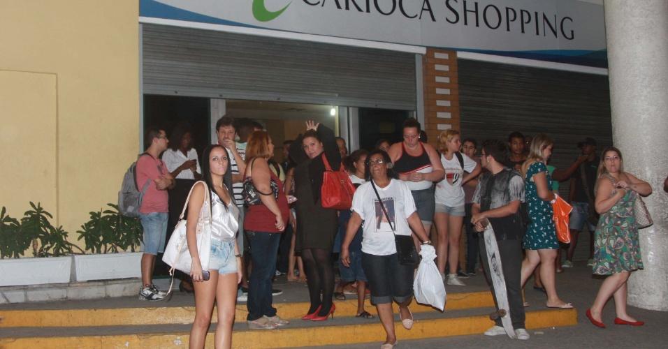 21.jun.2013 - Carioca Shopping fecha as portas no final da tarde desta sexta-feira com receio de depredações durante protesto que poderá acontecer na Vila da Penha, Zona Norte do Rio de Janeiro